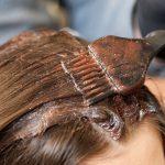 ヘアダイやブリーチは、髪や頭皮をどれだけ傷つける?